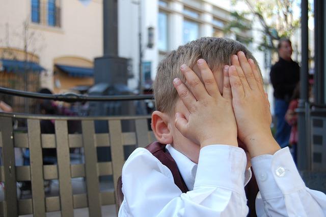 子供が恥ずかしがってる画像