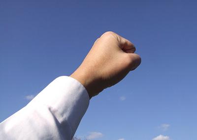 手を上げているイメージ画像